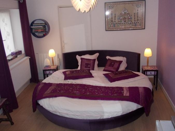 impression indienne, chambre d'hôte avec grand lit rond et spa